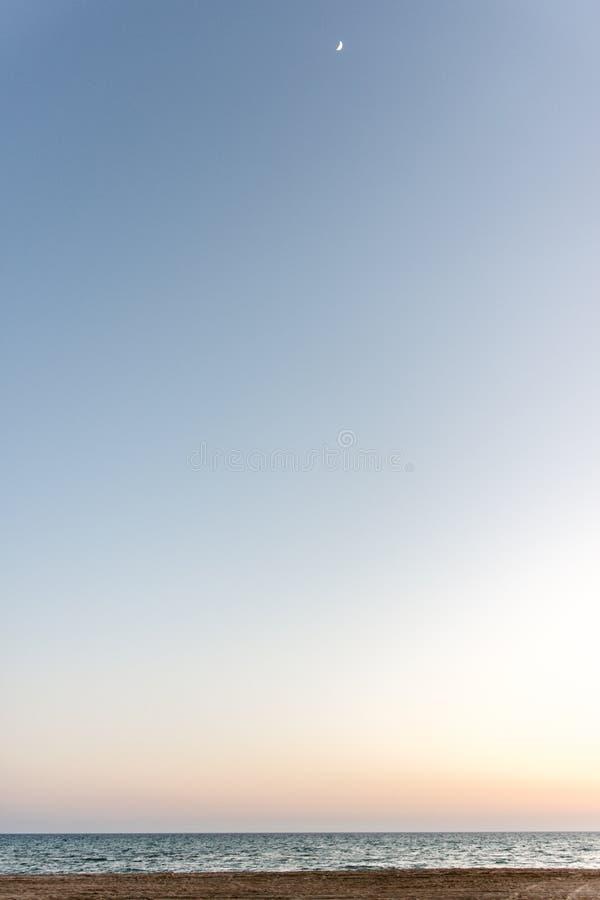 Soluppsättningen över horisonten det blåa havet är mycket härligt på solnedgången royaltyfri bild