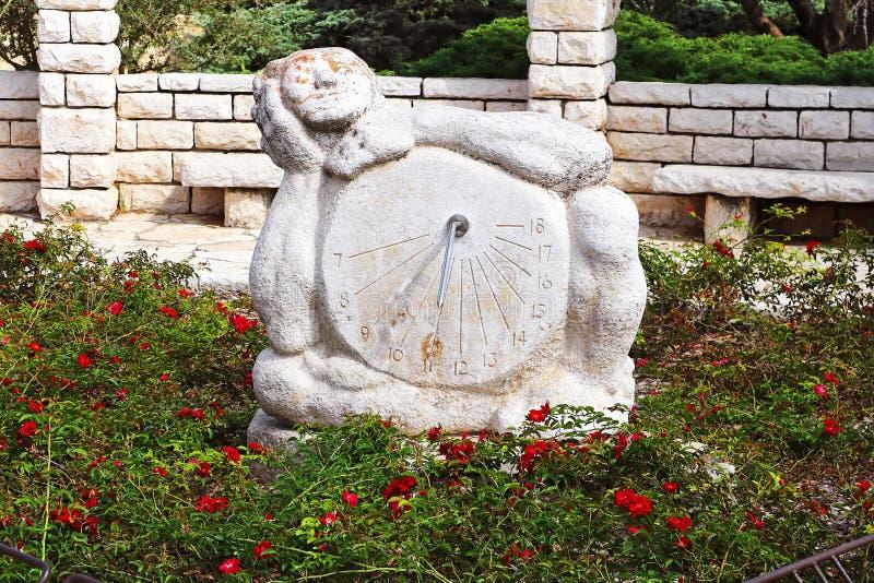 Solurskulptur i rosträdgården, parkerar Ramat Hanadiv, Israel royaltyfri bild