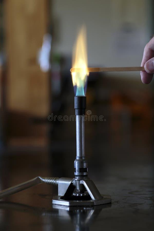 Solution de baryum brûlant sur une attelle en bois images libres de droits