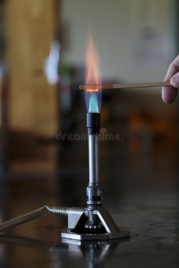 Solution de cobalt brûlant sur une attelle en bois photographie stock libre de droits