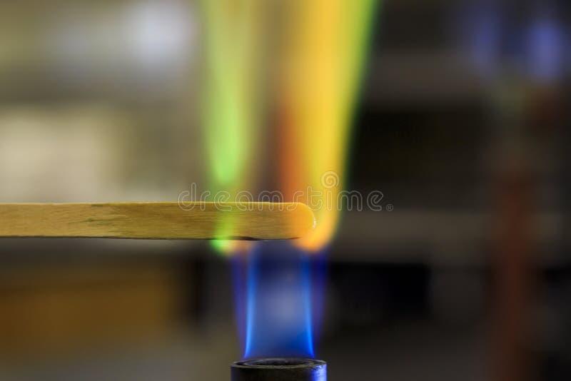 Solution de cuivre brûlant sur une attelle en bois photos stock
