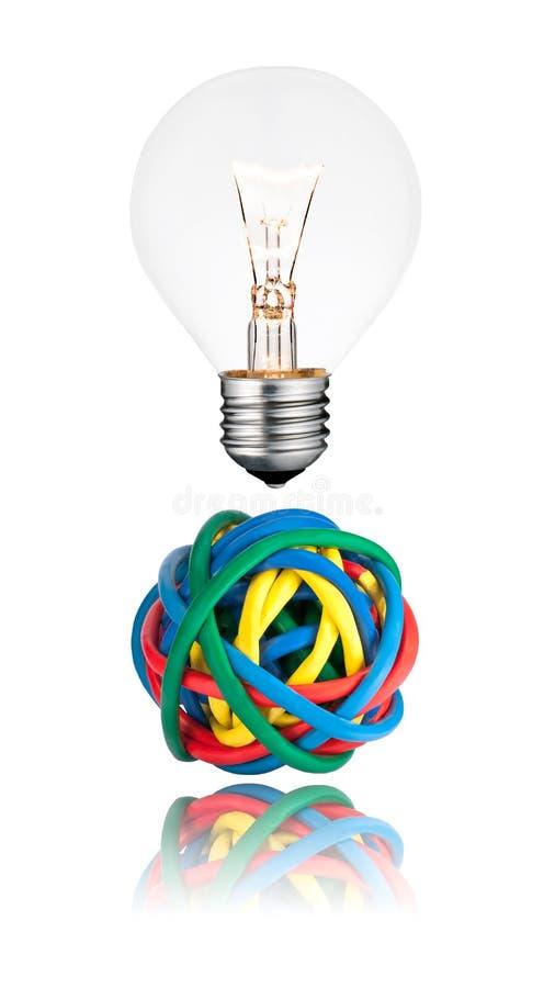 Solution de problème - ampoule avec la bille des câbles photographie stock libre de droits
