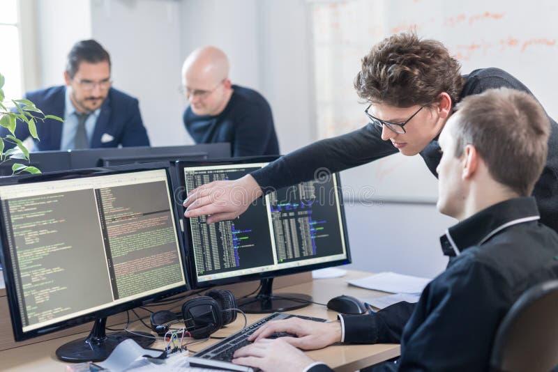 Solution de problème commercial de jeune entreprise Programmateurs de logiciel travaillant sur l'ordinateur de bureau photos libres de droits