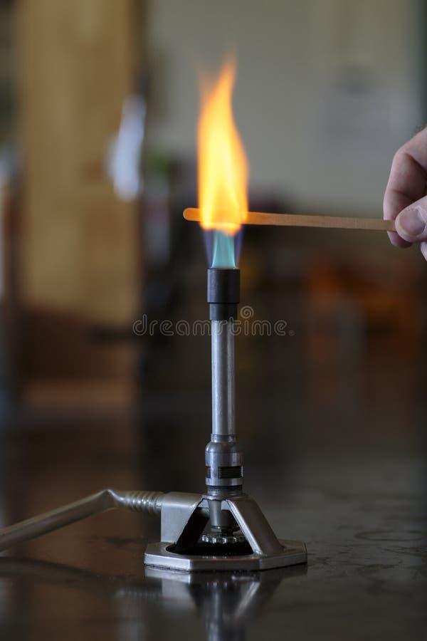 Solution de sodium brûlant sur une attelle en bois image libre de droits