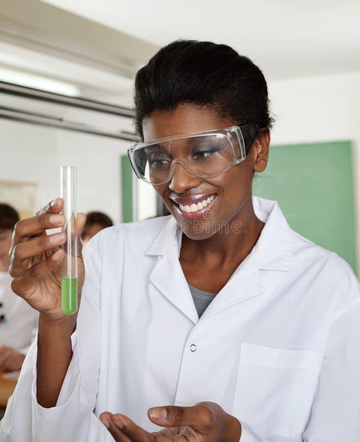 Solution heureuse de Looking At Chemical de professeur photo libre de droits