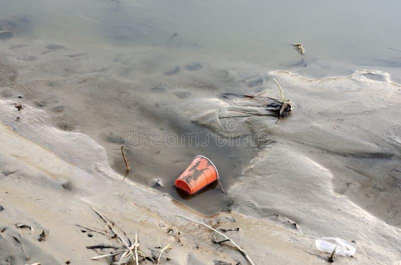 Solutions ? la pollution en plastique : comment r?duire les d?chets en plastique images libres de droits