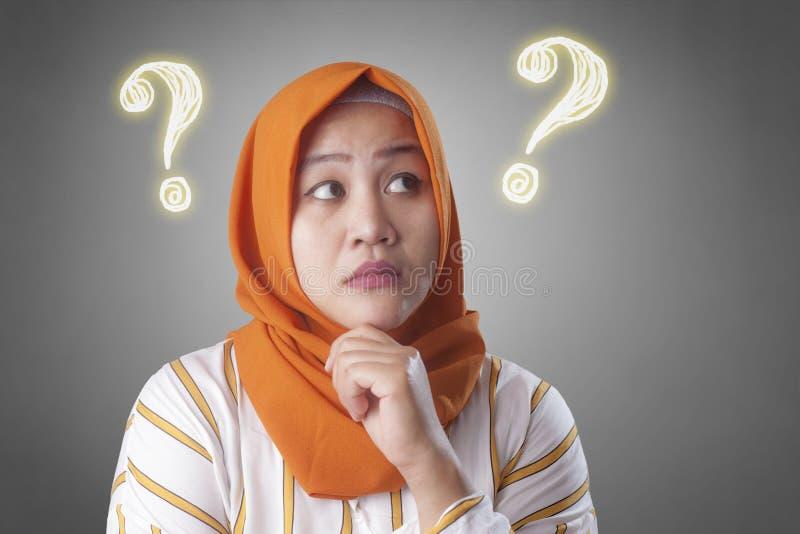 Soluzione di pensiero della donna musulmana per risolvere problema immagini stock libere da diritti