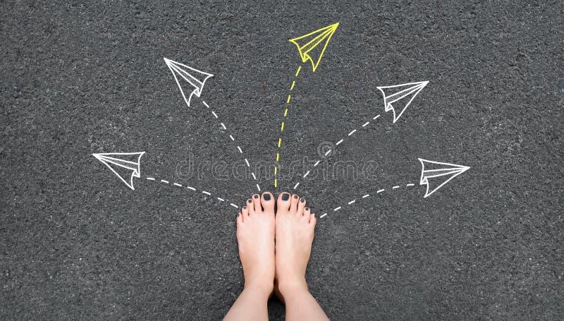 soluzione I piedi della donna di Selfie con la condizione grigia del manicure dello smalto sulla strada con la carta del razzo e  fotografia stock
