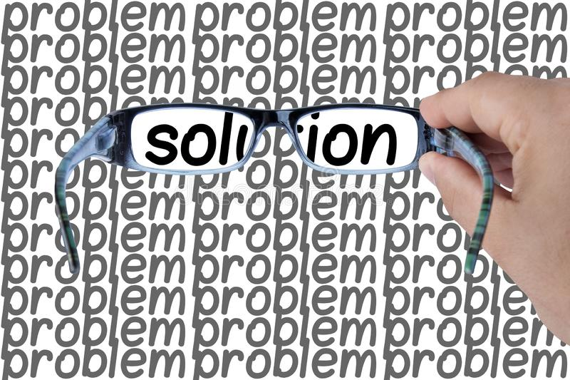 Soluzione macchiata fra le mani di problemi che tengono i vetri che mettono a fuoco sulla parola di opportunità Immagine di conce fotografie stock libere da diritti