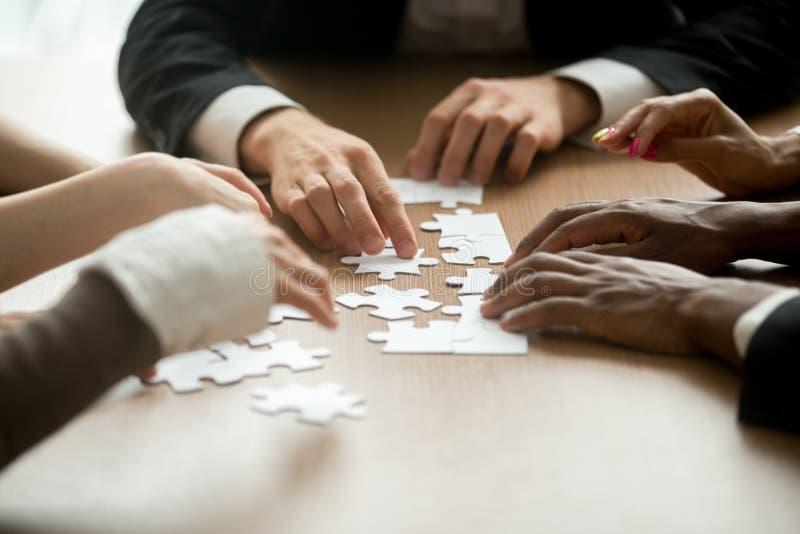 Soluzioni di affari e concetto di lavoro di squadra, assemb multirazziale del gruppo immagini stock libere da diritti