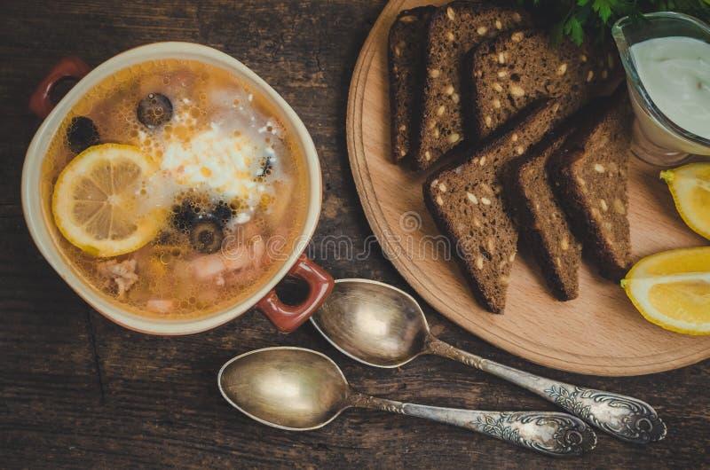 Solyanka - russische traditionelle Fleischsuppe stockfoto