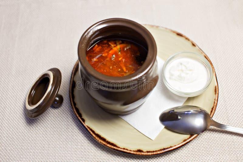 Solyanka - russische traditionelle Fleischsuppe Russischer Suppe Saltwort in der Ronde auf hölzernem Hintergrund lizenzfreie stockfotos