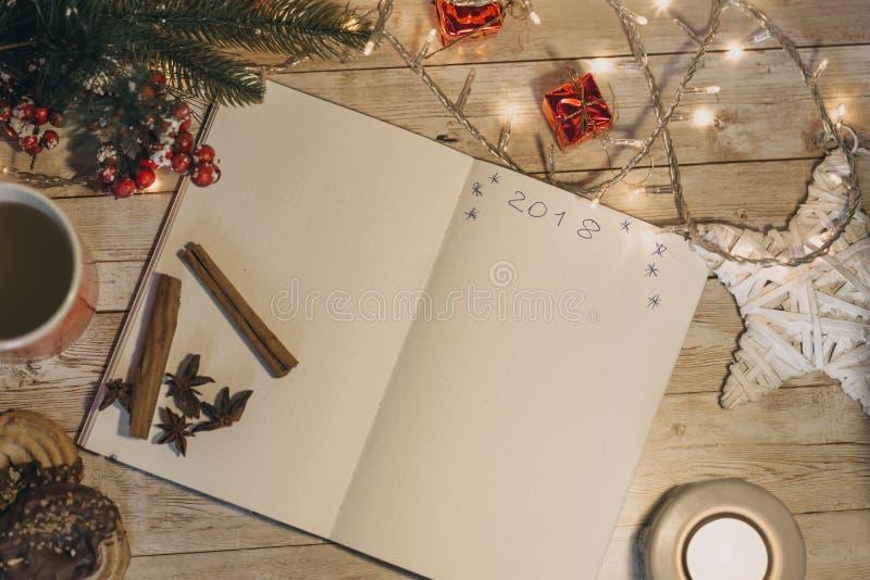 2018 som är skriftlig på den öppnade anteckningsboken bästa sikt av jul och den nya jarösten royaltyfria foton