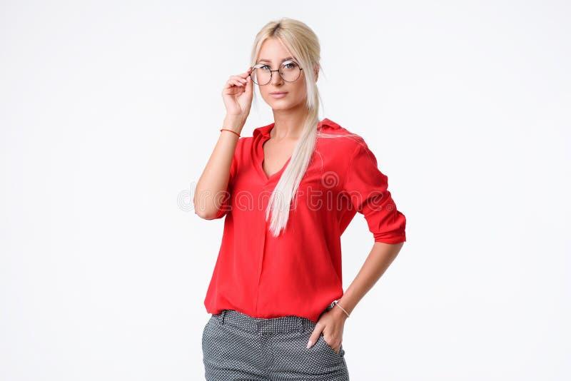 som affärskvinnan hands henne outstretched ståenden som though presenterar något barn arkivfoton