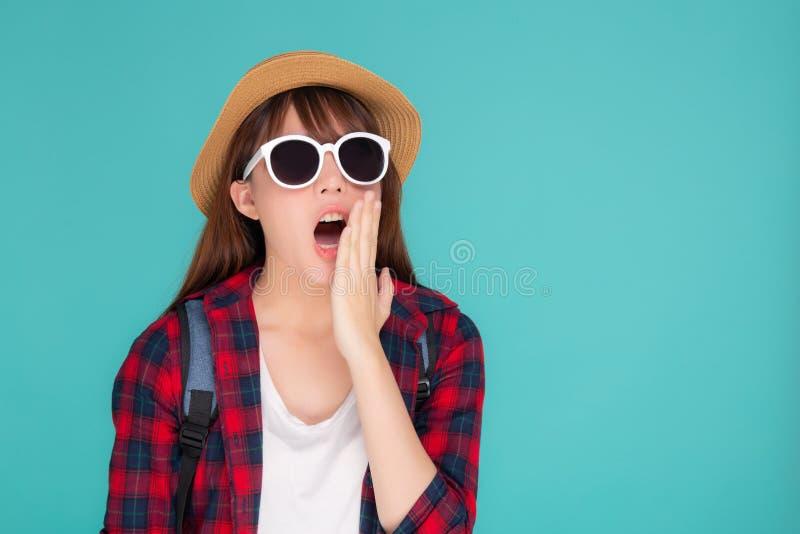 Som asiático novo bonito da gritaria da mulher alto com a boca para para anunciar algo no curso das férias com entusiasmado isola fotos de stock royalty free