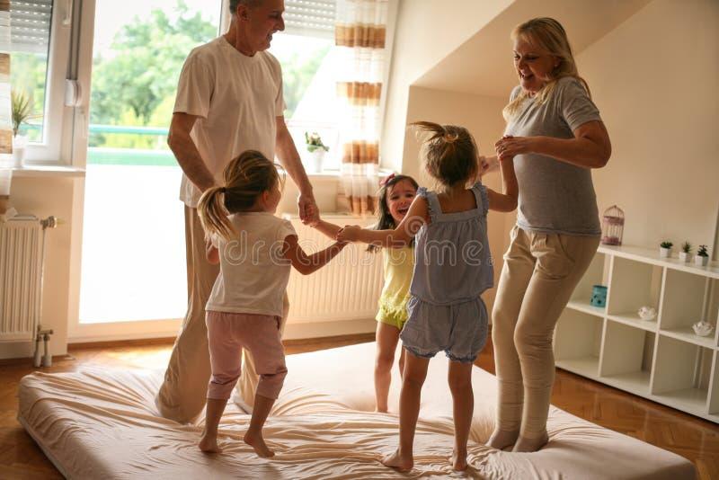Som att spela på morgonen med våra morföräldrar Liten flicka fotografering för bildbyråer