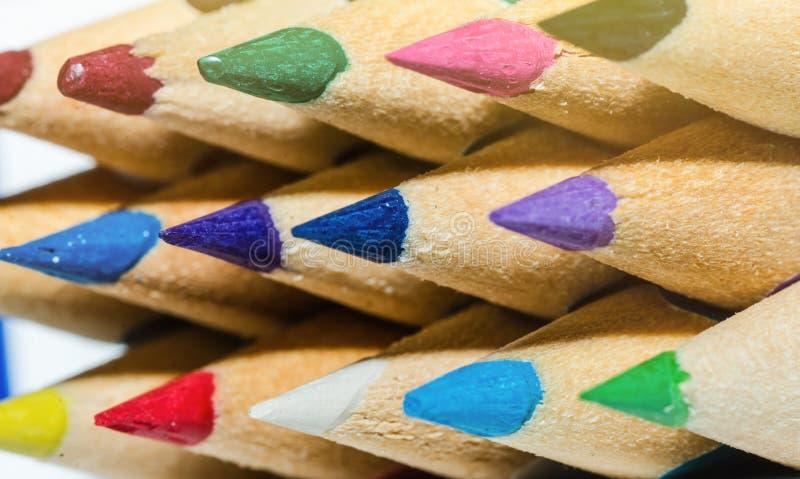som bakgrund färgade closeupen blyertspennor för blyertspennan för designelementmakroen Hög upplösning arkivbild