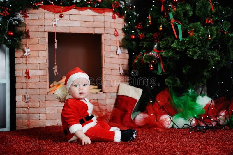 som behandla som ett barn pojke claus klädde santa royaltyfria foton