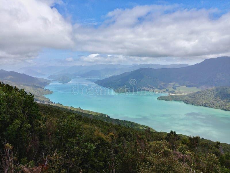 Som de Kenepuru como visto da rainha Charlotte Track, Nova Zelândia imagens de stock royalty free