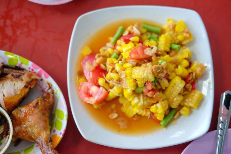 Som de papajasalade van Tum met graan - kruidig Thais voedsel stock foto