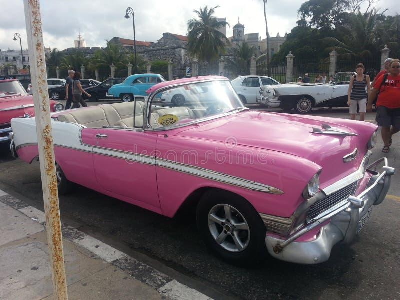 Som den rosa bilen i havannacigarr Kuba arkivfoton