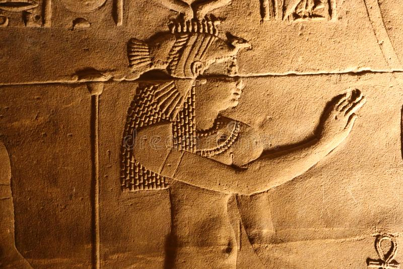 Som e luz com hieróglifos no templo de Isis Philae, Egito fotos de stock royalty free