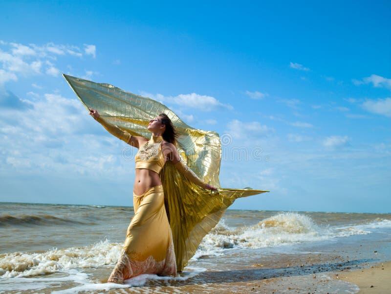 som klädd havssirenkvinna arkivfoto