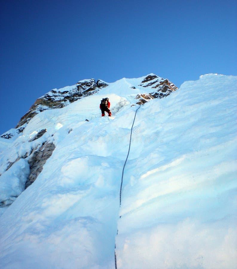 Is som klättrar det norr Kaukasuset royaltyfri fotografi