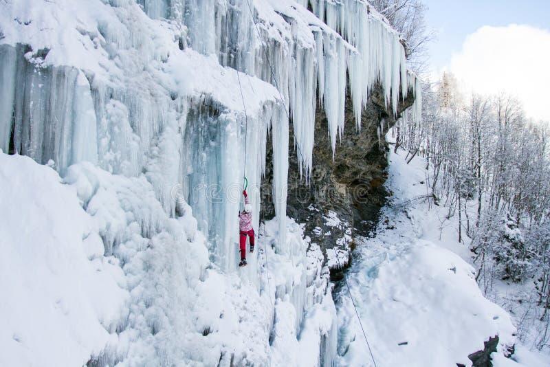 Is som klättrar det norr Kaukasuset arkivbilder