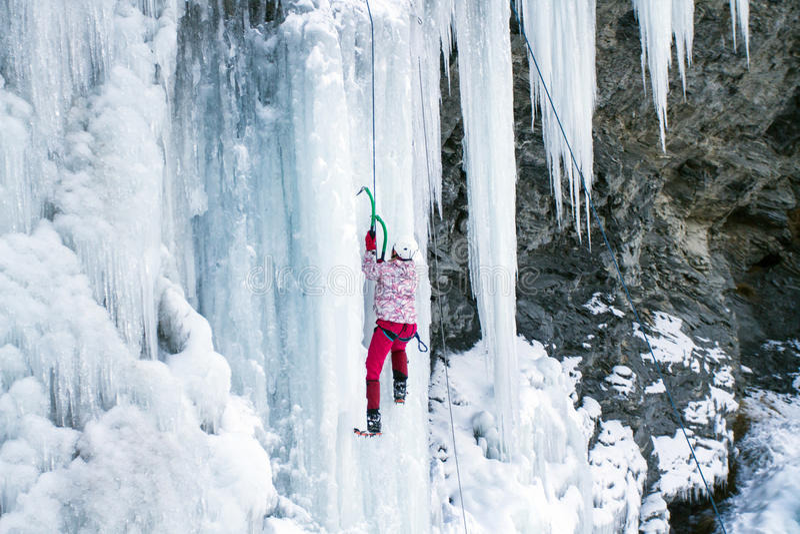Is som klättrar vattenfallet royaltyfri bild
