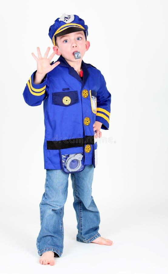 som pojke klädd tjänstemanpolis upp barn arkivfoto