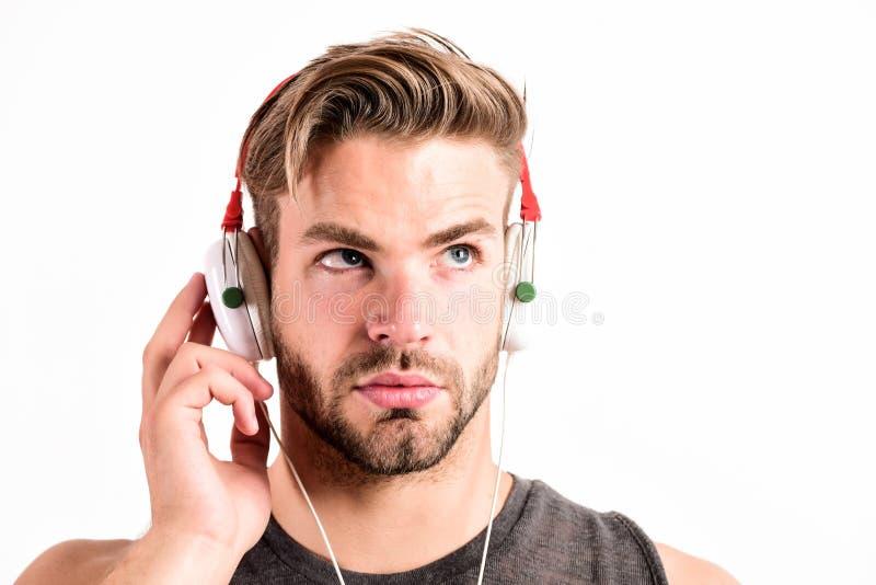 Som puro Fones de ouvido modernos Conceito de inspiração da música Música de escuta do moderno não barbeado considerável do homem imagem de stock