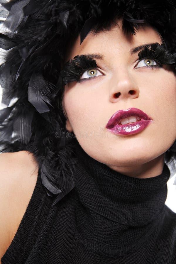 som svart, befjädrar mode hårmodellen royaltyfri foto