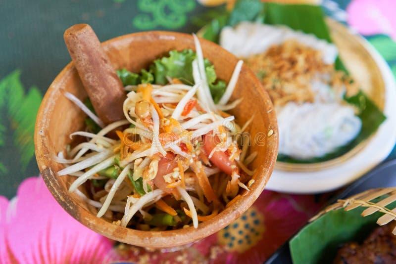 SOM-TAM, ensalada cruda deliciosa tailandesa de la papaya con el gusto único caliente y picante fotos de archivo