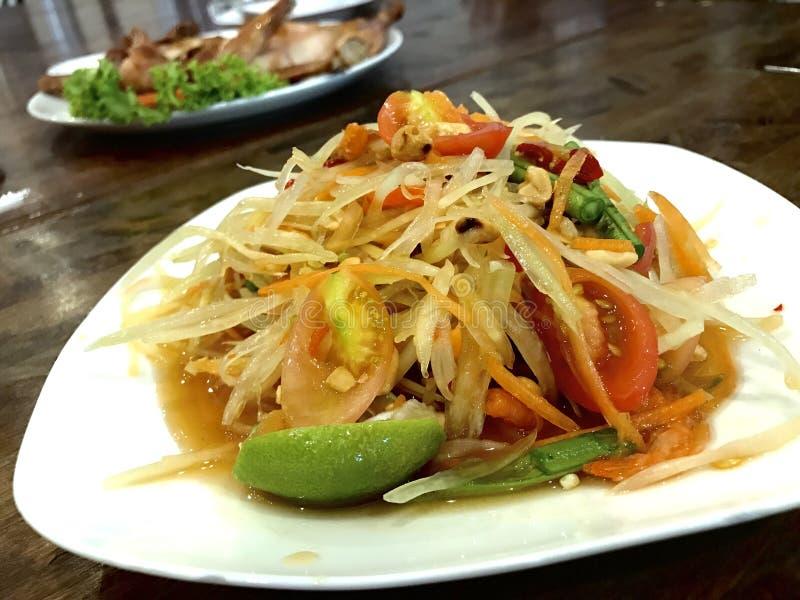 Som Tam o ensalada picante de la papaya, comida popular tailandesa que se puede encontrar por todas partes en Tailandia fotografía de archivo libre de regalías