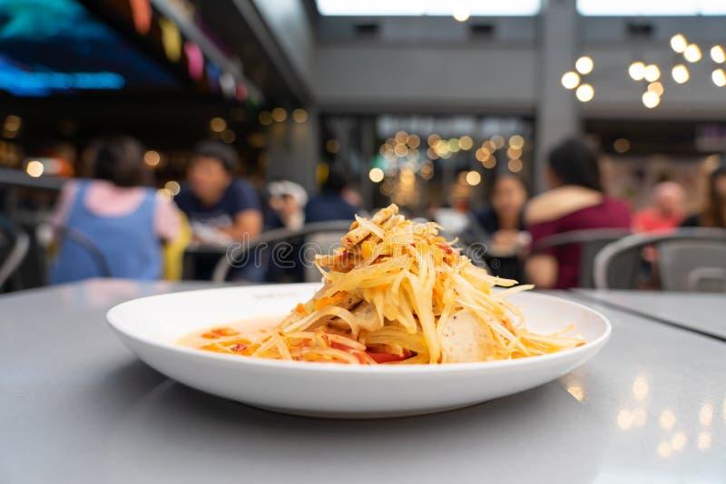 SOM-TAM, salada crua deliciosa tailandesa da papaia com o gosto original quente e picante, este prato com tomate e caranguejo fotografia de stock