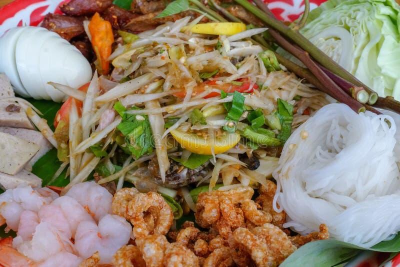 Som Tam Tray, comida tailandesa, ensalada de la papaya en el fondo imagen de archivo