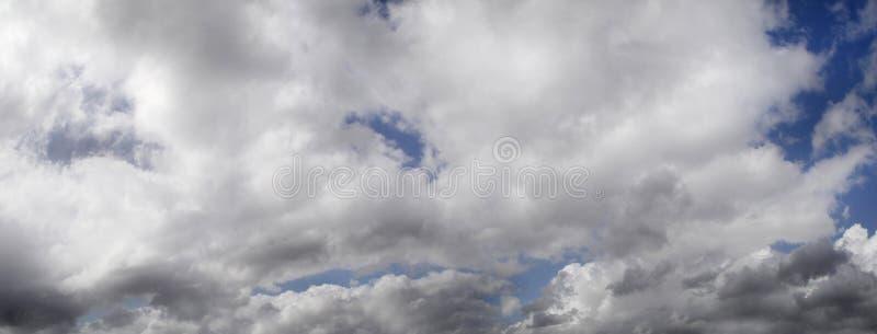 Sombere hemel met een grote onweerswolk royalty-vrije stock afbeelding