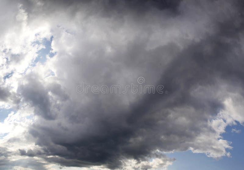 Sombere hemel met een grote onweerswolk royalty-vrije stock foto's