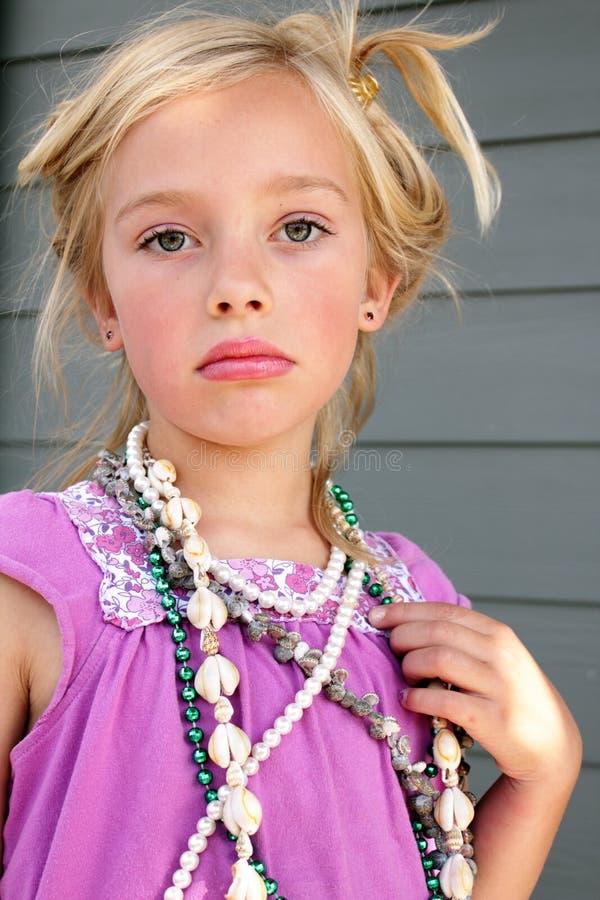Sombere het Spelen van het Meisje Kleding omhoog royalty-vrije stock afbeeldingen