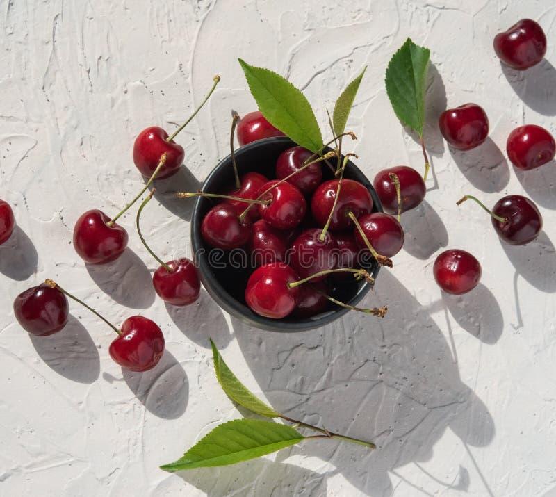 sombra aguda fresca de la opinión superior del cuenco de la baya de la cereza del fondo del verano rojo del patín imagen de archivo libre de regalías