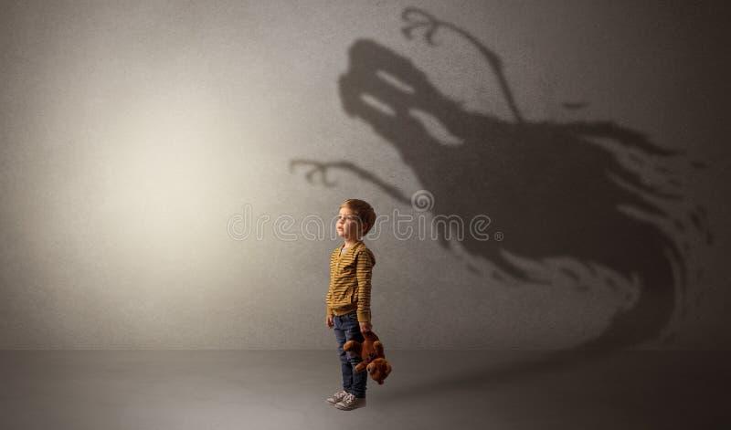 Sombra assustador do fantasma atrás da criança foto de stock royalty free