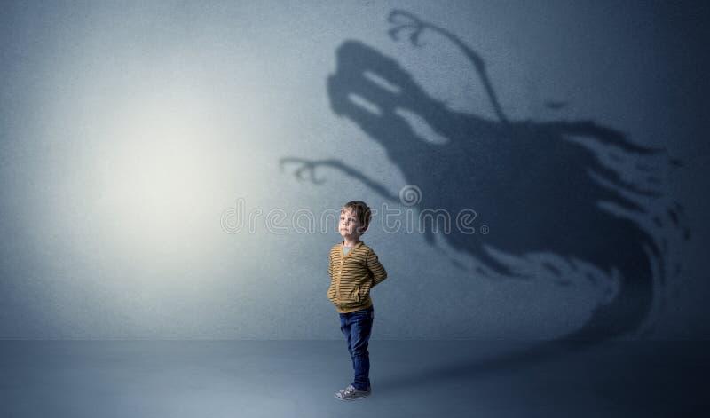 Sombra assustador do fantasma atrás da criança fotografia de stock royalty free