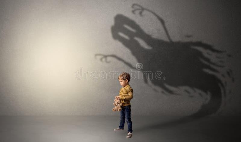 Sombra assustador do fantasma atrás da criança foto de stock