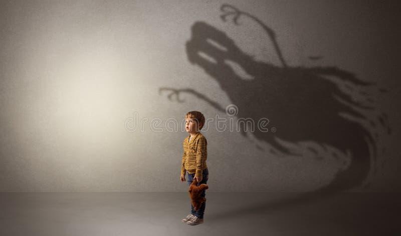 Sombra asustadiza del fantasma detrás del niño fotos de archivo
