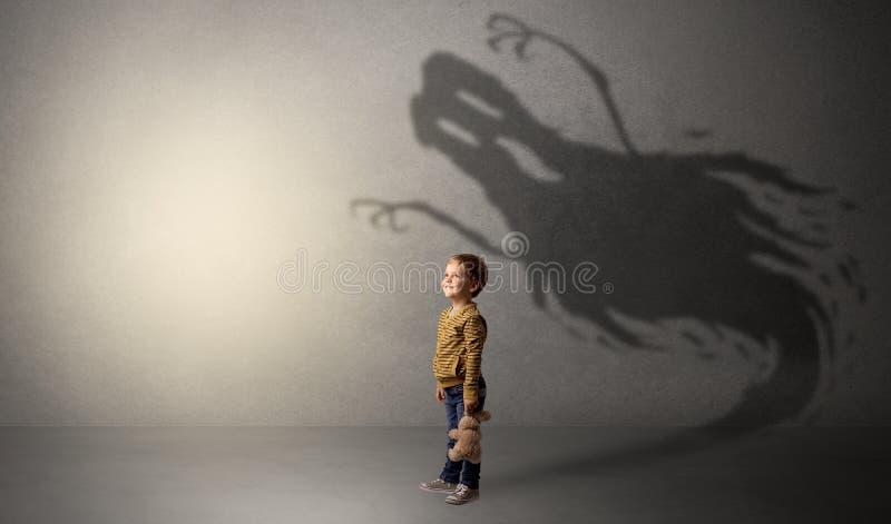 Sombra asustadiza del fantasma detrás del niño fotos de archivo libres de regalías