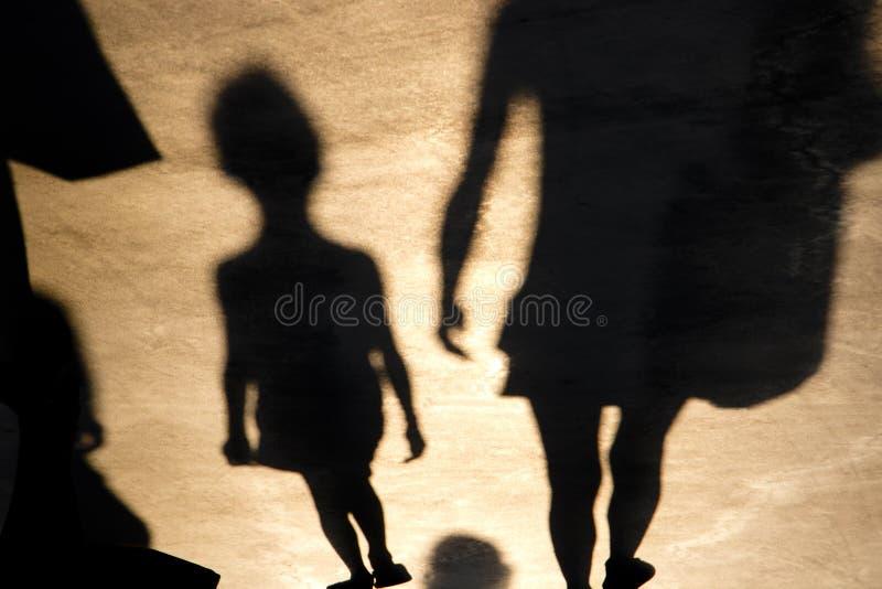 Sombra borrosa de caminar del niño y de la madre fotos de archivo libres de regalías