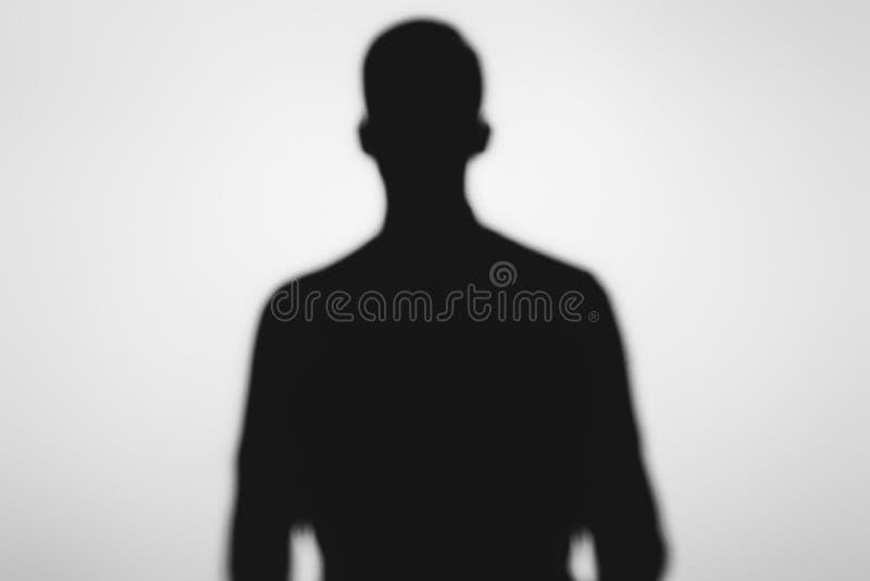 sombra borrosa misteriosa de la persona fantasmagórica que se coloca en gris fotos de archivo libres de regalías