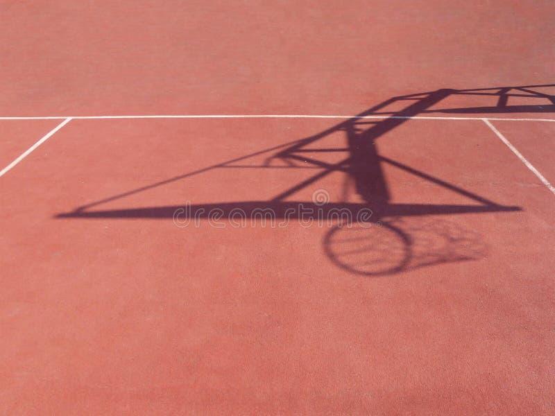 Sombra da aro de basquetebol em uma corte exterior fotografia de stock royalty free