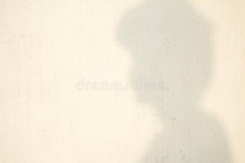 Sombra da cabeça humana na parede abstrata fotografia de stock royalty free